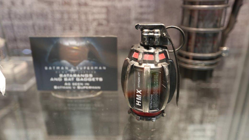 Костюмы, гаджеты и фигурки Бэтмена на Comic-Con 2015 - Изображение 13