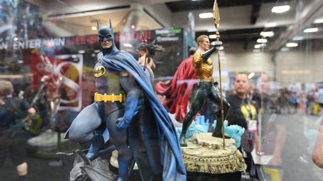 Костюмы, гаджеты и фигурки Бэтмена на Comic-Con 2015 - Изображение 42
