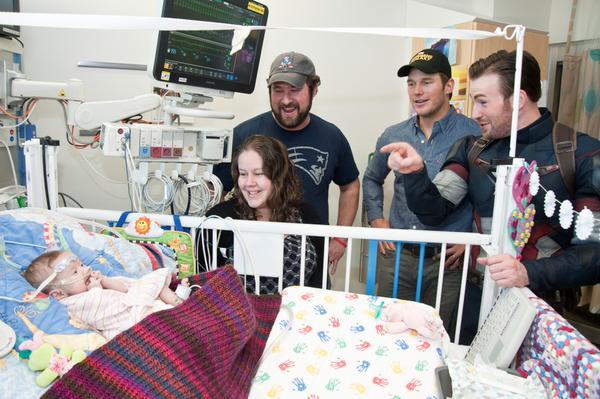 Крис Эванс и Крис Прэтт навестили больных детей в госпитале Сиэтла . - Изображение 9