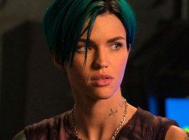Трейлер кроссовера The CW позволяет взглянуть на Руби Роуз в роли Бэтвуман – без костюма!