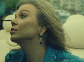 Алла Михеева крадет банкомат и встречает эксгибициониста в новом клипе «Ленинграда»