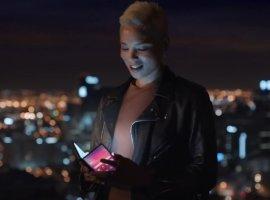 Складной смартфон, смарт-зеркало и безрамочный планшет в официальном рекламном ролике Samsung