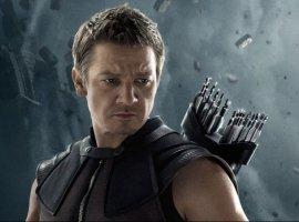 Джереми Реннер угрожает Таносу. Выглядит внушительно