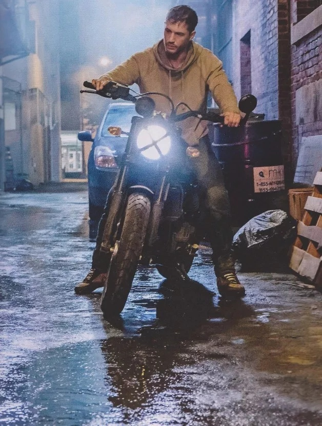 Том Харди скрывается отпогони намотоцикле нановом кадре изфильма «Веном». - Изображение 1