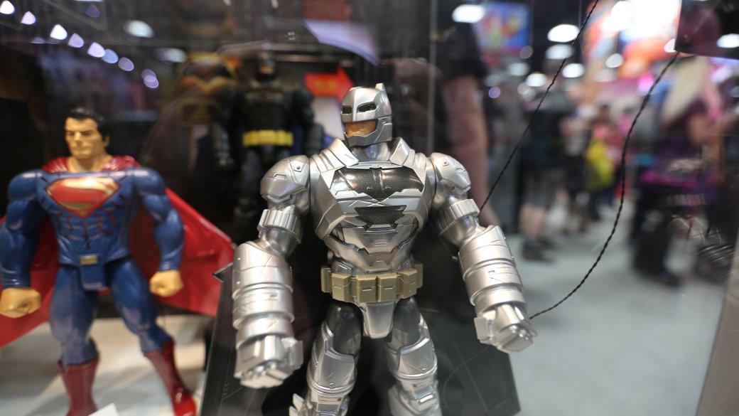 Костюмы, гаджеты и фигурки Бэтмена на Comic-Con 2015 | Канобу - Изображение 22